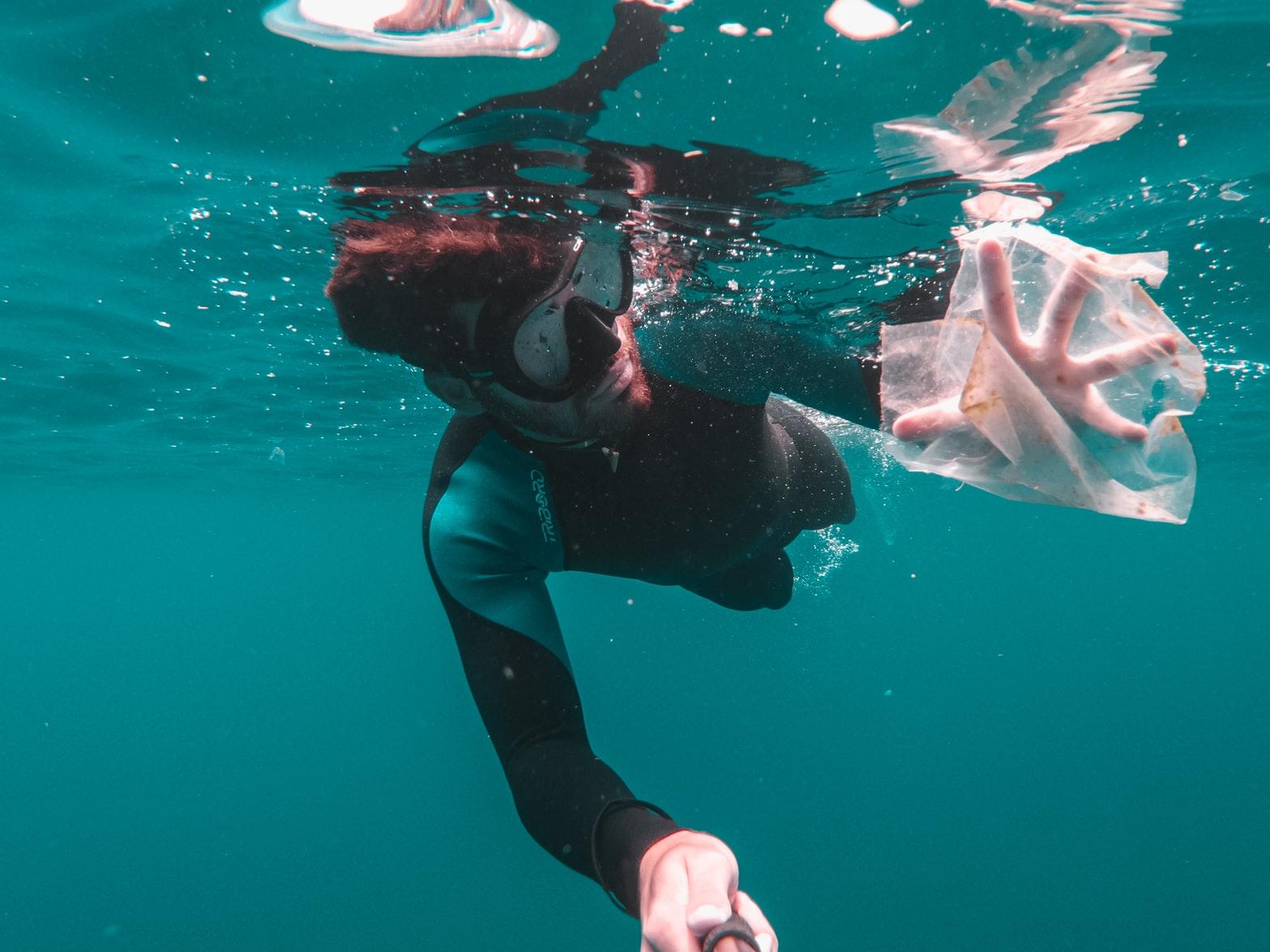 Taucher mit Plastiktüte
